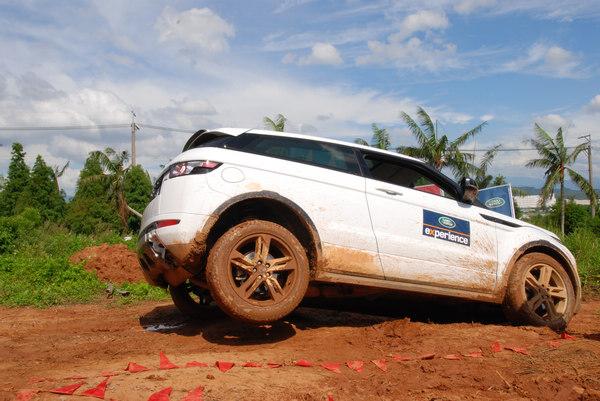 砲彈坑考驗車輛的車體剛性,以及驅動系統對付落差地形時的能力。