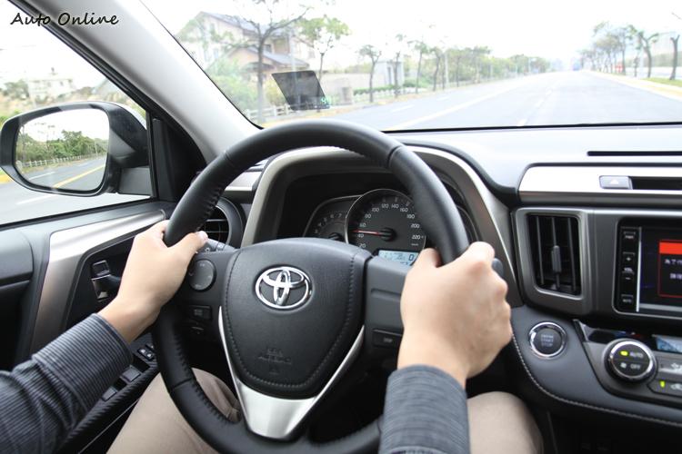 4WD的轉向特性和2WD相差很大,特別是高速換車道時沒有想像中穩定。