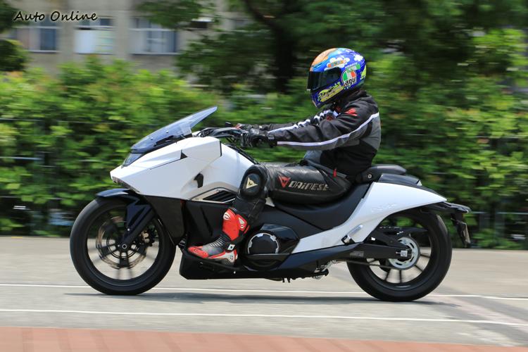 騎乘姿勢與美式重機風格類似,若把手高度能稍稍提升就更棒了。