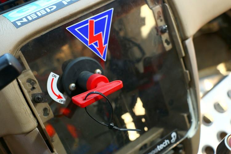發生意外時斷電開關能快速切斷車內電源及引擎。