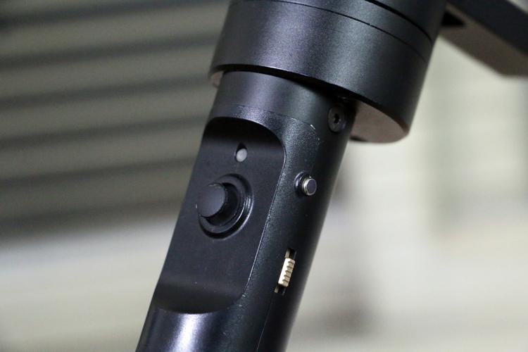 Z1 Crane 採用類比搖桿控制,亦可透過藍芽遙控器與手機APP控制。右側則為主電源開關與變焦控制鈕。