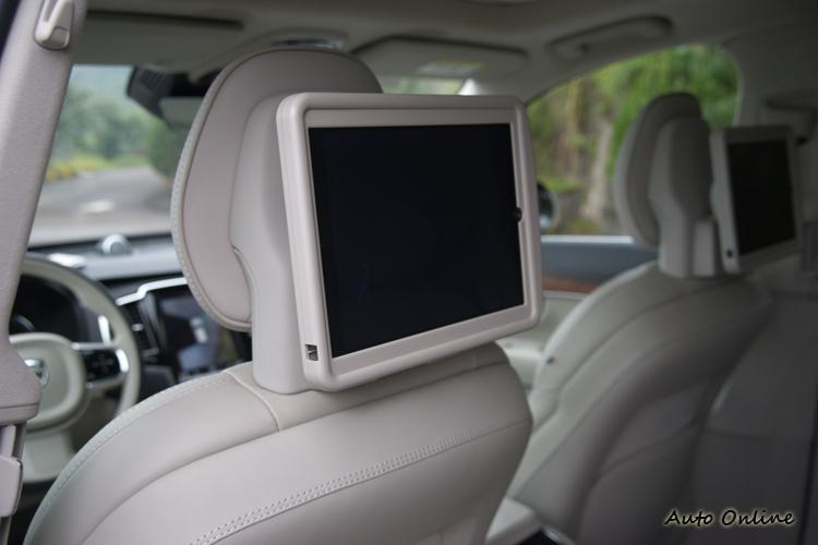前座後方的iPad固定架,方便乘客欣賞影片。