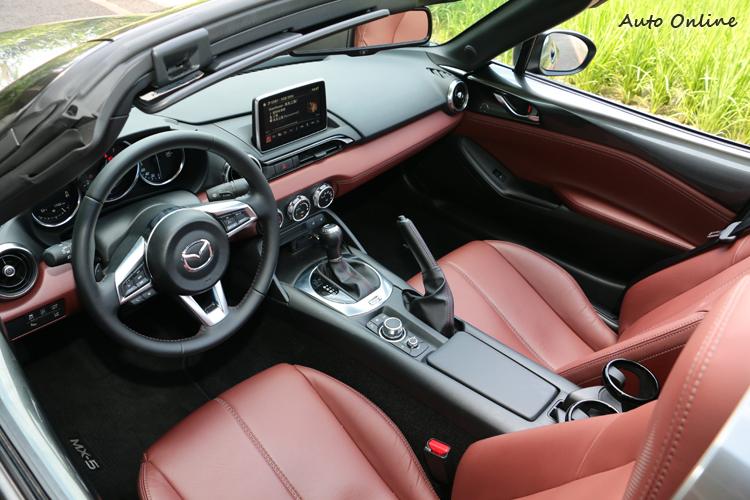 車室格局簡潔而有濃厚的設計感,雙色搭配也能呈現出豪華感。