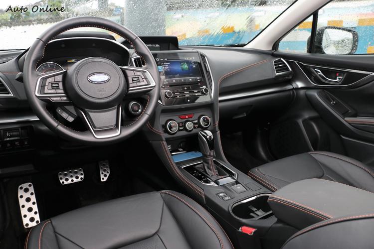 內裝設計十分強調流暢的運動時尚線條,以及細節處理運用高質感飾板與對比色車縫線展現出精緻度。