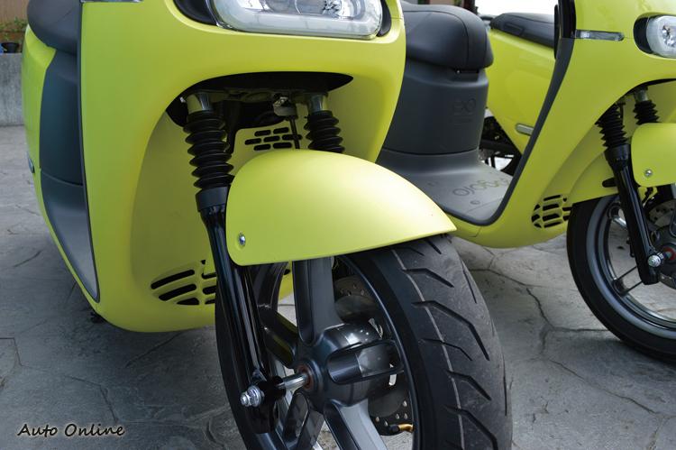 前輪採用潛望鏡式前叉,搭配14吋輪胎。
