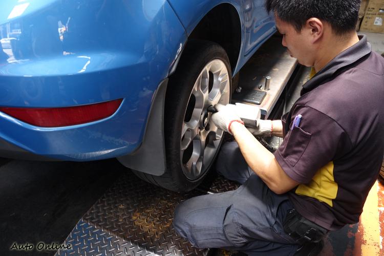 技師熟練地將四組舊輪胎卸下,為了不造成原廠螺帽蓋鬆動,操作時特別細心。