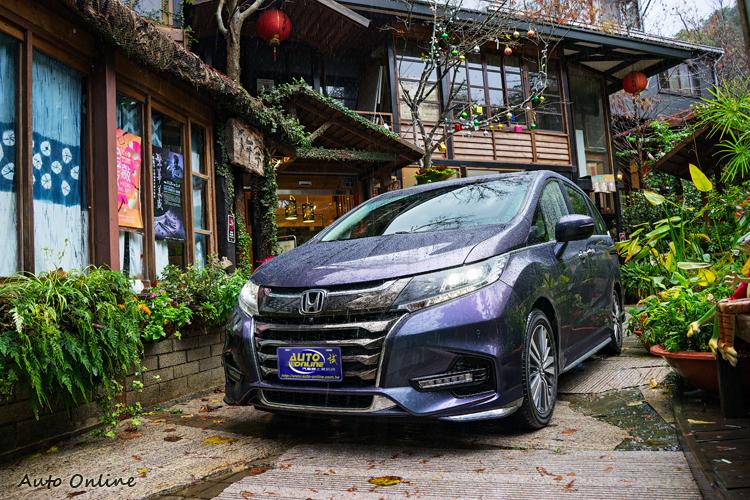 新年式APEX七人座車型有著大面積古銅色四橫柵水箱罩與新LED霧燈設計。