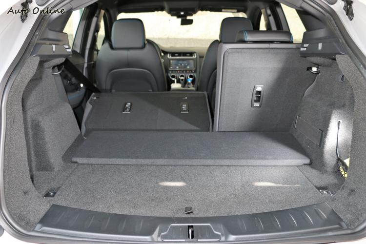 後座支援6/4分離傾倒功能,可增加後行李廂置物空間。