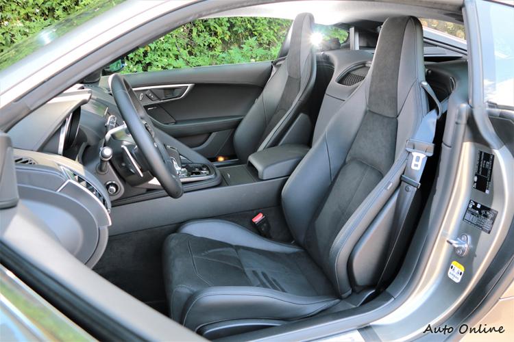 座椅改為麂皮與真皮包覆,椅面使用麂皮可提高摩擦力。