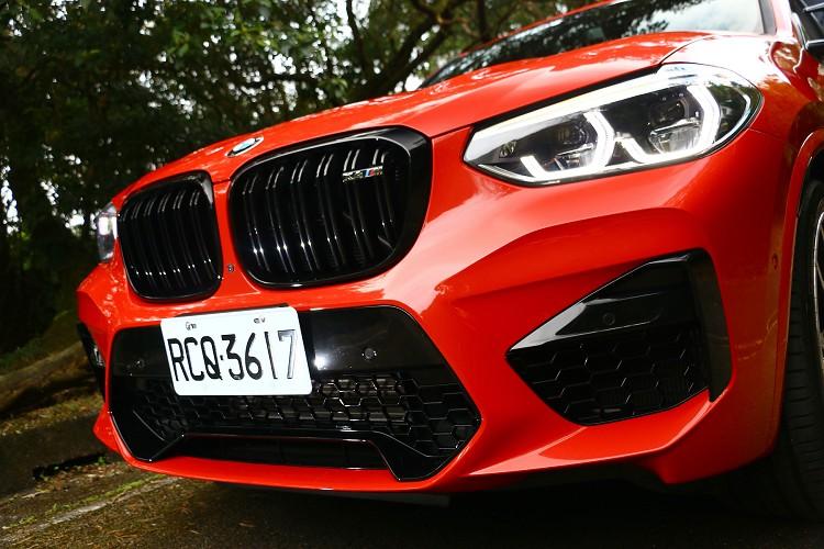 黑色高光澤雙腎形水箱護罩,鑲嵌車型專屬M銘牌,碩大的BMW M中央大型六角進氣壩及左右進氣口,滿足賽道規格散熱系統的嚴苛進氣需求。