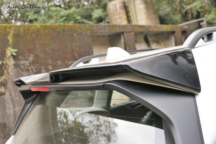 車尾上方的小尾翼造型呈現凹凸立體樣式,很有跑車的特殊感覺。