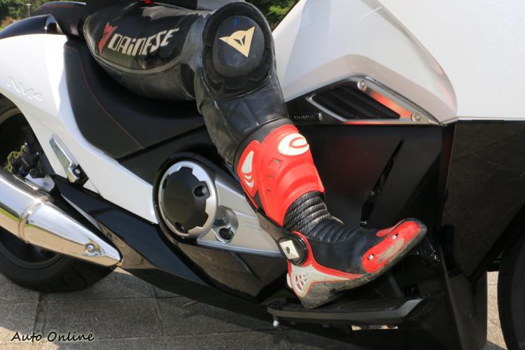 前蹬式的騎姿要用腿夾住車身固定上半身穩定會比較困難,也說明這車其實不大適合激烈的殺彎。