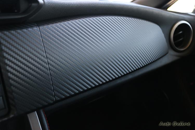 原廠宣稱立體式的類碳纖維飾版不難看,但坊間許多包膜也有提供類似的服務。