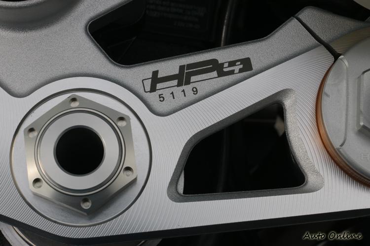 在三角台上會打上專屬的車身編號,據了解目前全台擁有HP4的車主還不超過40位。