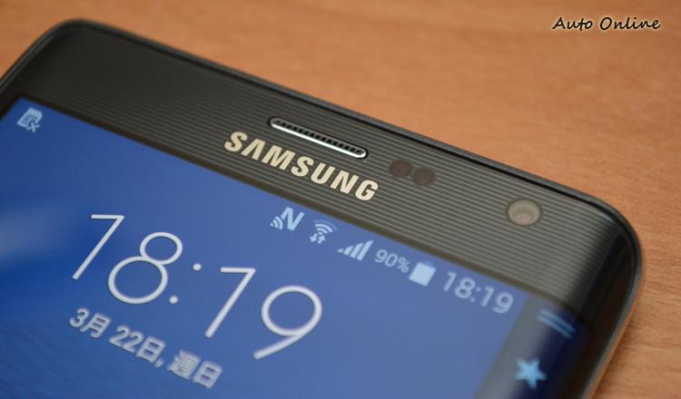 螢幕周圍使用橫條紋的飾板點綴,質感相當不錯。