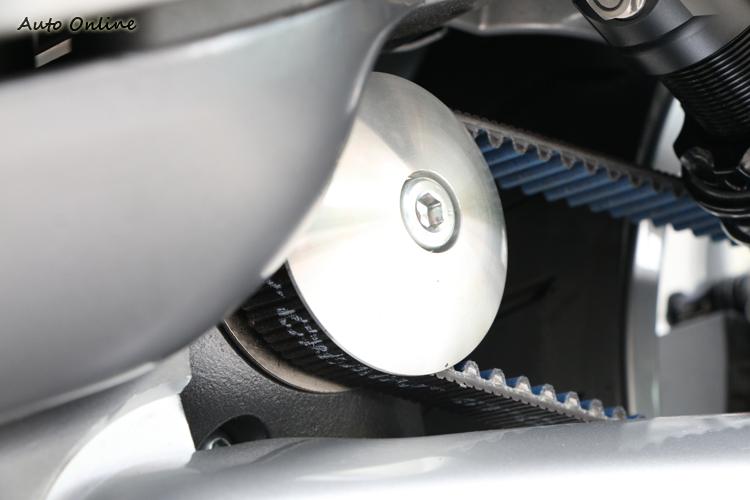 為了有良好的配重,Gogoro以Gates碳纖維複合皮帶取代輪轂馬達。