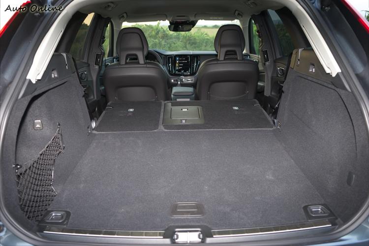 行李廂在放倒後座椅背後形成平坦的1432公升空間。