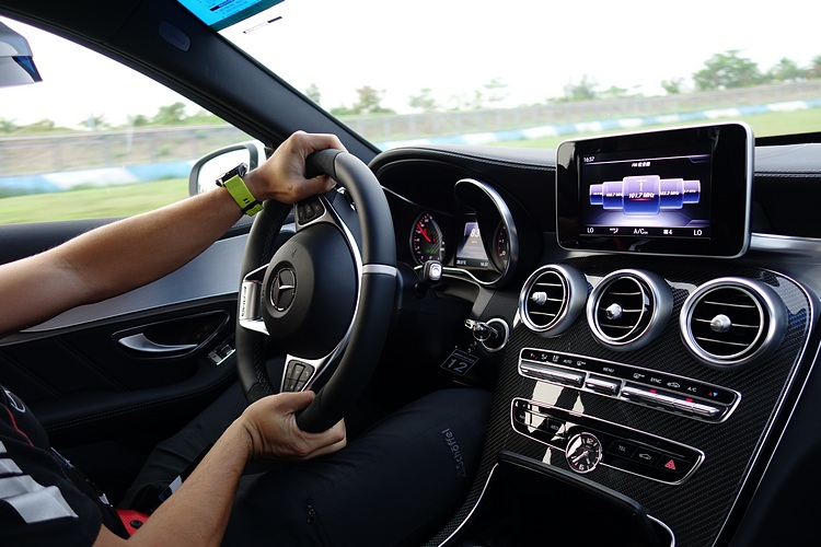 C63 S的排氣聲浪很有辨識度,過彎性能更展現出AMG車型的底盤調校功力。