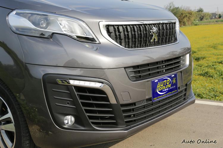 流暢柔順的輪廓和層次分明的車頭設計,擺脫商用車的色彩。