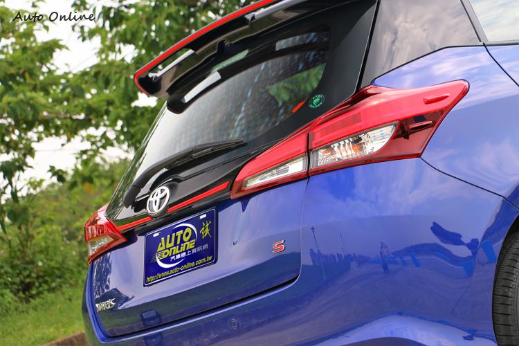 車尾採用黑色鋼琴烤漆牌照框飾條,拓展後擋風玻璃邊界,視覺感受更加寬闊。