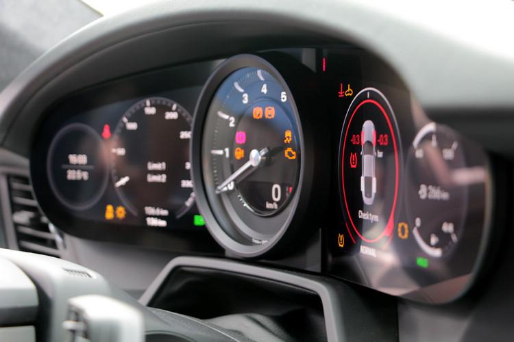 位於儀錶板中央的類比式轉速表兩側採用無邊框多功能顯示幕,提供駕駛必要資訊。