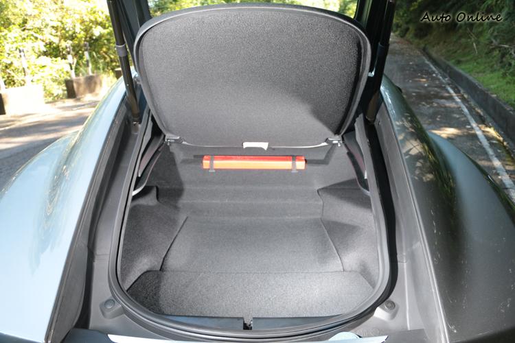 後行李廂408L的容積對於兩人非常夠用,反正在多一位乘客車內也坐不下了!