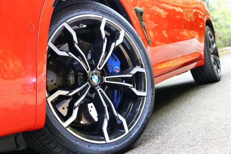 Competition版本搭配21吋Jet Black輕合金輪圈,裡面有M款高性能複合式煞車系統。