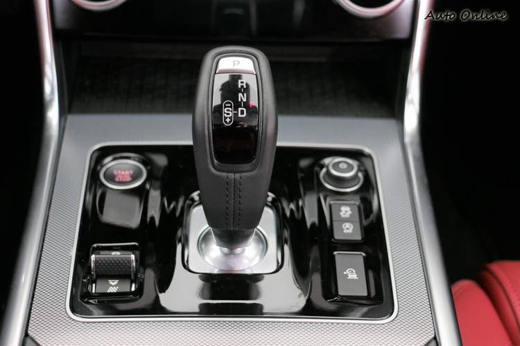原本的旋鈕式排檔頭被SportShift Gear Selector跑車式排檔桿給取代。