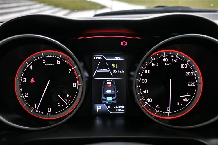 儀錶板中間屏幕可顯示油電系統作動情況。