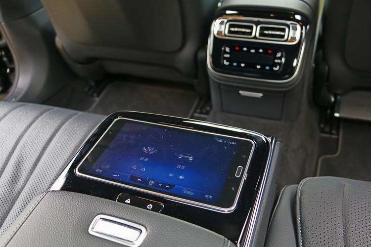 除了透過面板操作,後座乘客也能使用觸控平板調整車內設備。