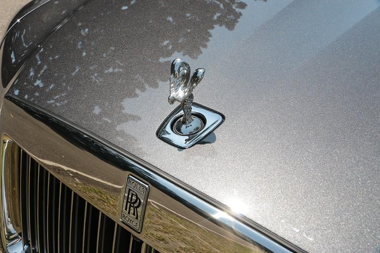 原廠刻意把車頭「歡慶女神」後移,去掉底座環繞的鑲板線,讓歡慶女神的呈現更加的純粹。