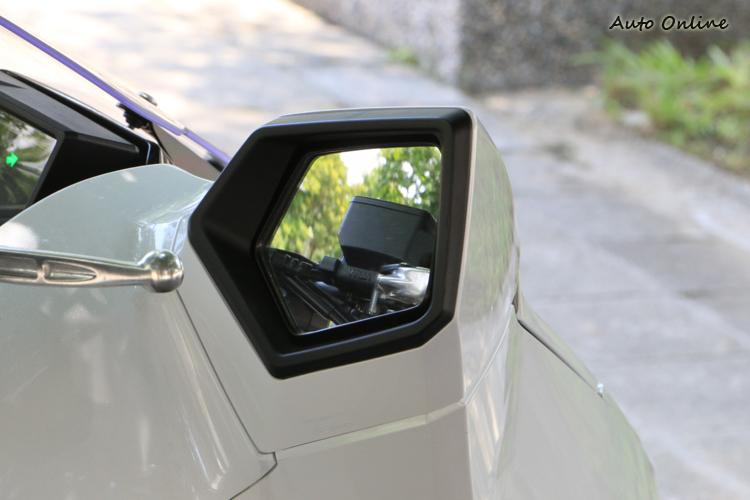 如轎車般的後視鏡設計,不過可以調整的角度比較有限。