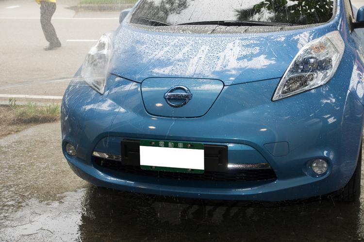 清洗試驗:以流量12.5l/min之清水沿著車輛所有接縫噴水,噴嘴與接縫距離3m,移動速度為0.1m/s。