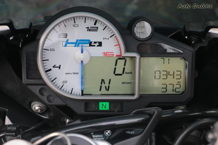 設計相對簡單的儀表總成,不過實際賽車時看儀表的時間其實不會太多。