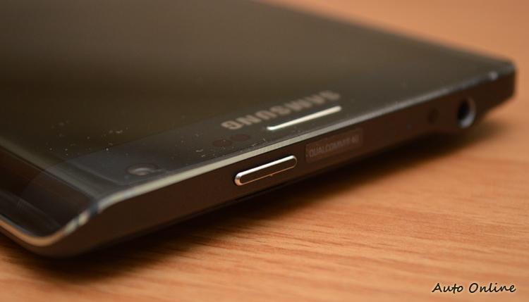 因為彎曲螢幕的設計,Note Edge的電源鍵移到機身上面。