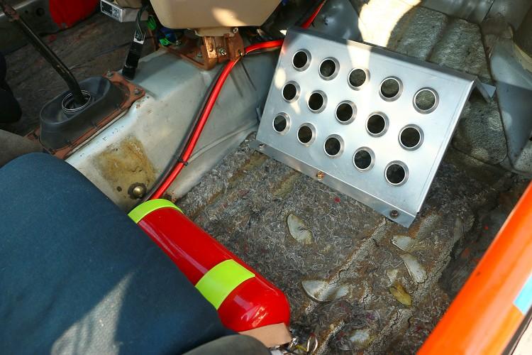 副駕駛金屬踏板可利於支撐身體,滅火器則是安全必備品。
