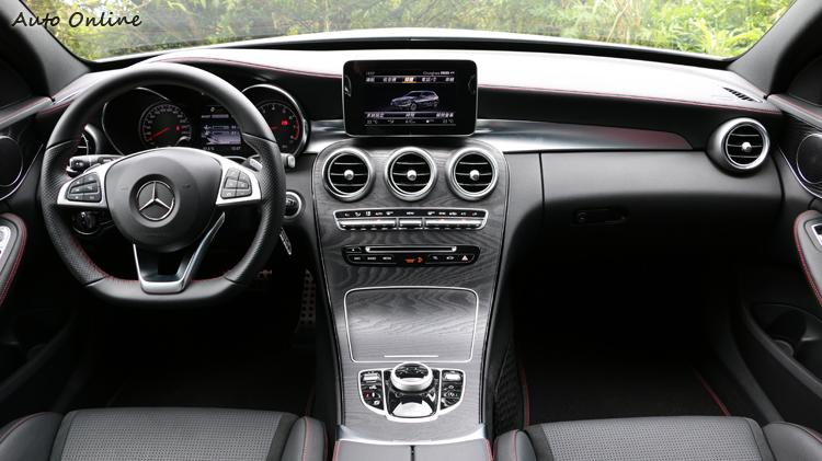 新一代C-Class的內裝設計堪稱傑作,木紋飾板的質感讓人愛不釋手。