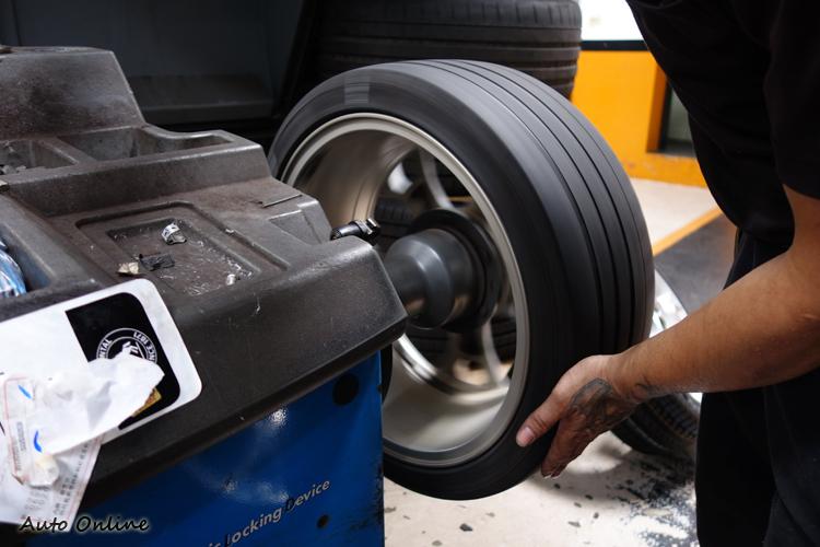 輪框順便更換金屬氣嘴,外接式TPMS記得要先裝上再進行平衡,才能確保行駛時不會偏擺。