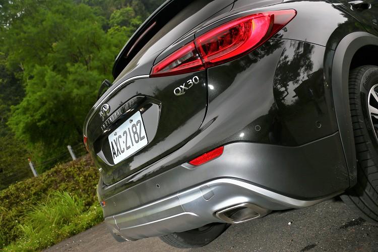 車尾下方雙出排氣尾管及鋁合金越野套件,跨界小型運動休旅有著新的樣貌呈現。