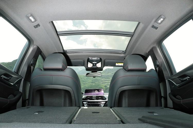 黑色車內頂棚加上全景天窗屬於標準配備。