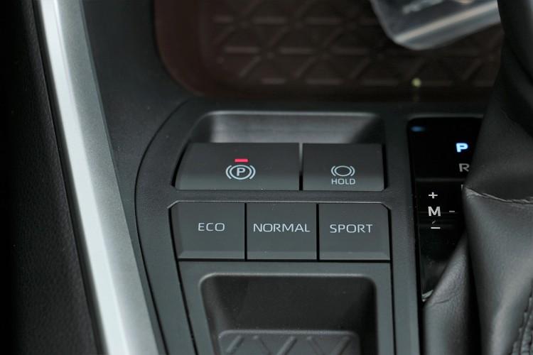 行車模式有三種選擇,Hybrid車型則多了EV模式。