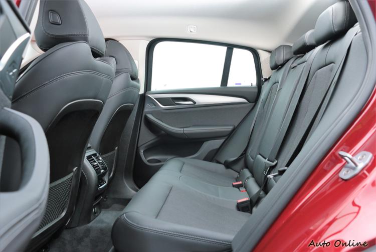 座椅背亦可隨時調整傾斜角度,兼顧寬敞空間與實用機能。
