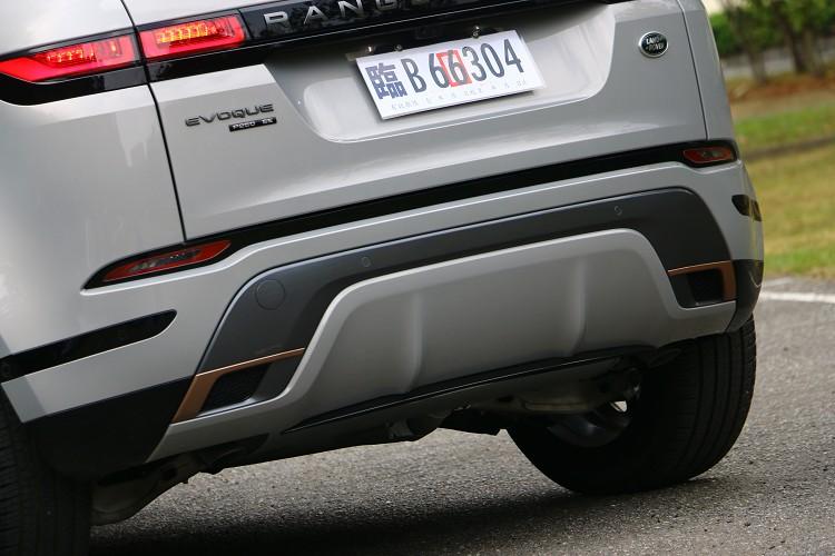 車尾的排氣管隱藏在保桿內,與車身同色的下護板越野時要注意。