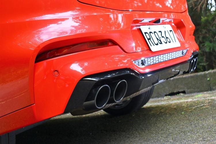車尾部分換上直徑達 100mm 的四出排氣尾管,具有兩組電控排氣閥門,兼顧安靜與豪邁的排氣聲浪。