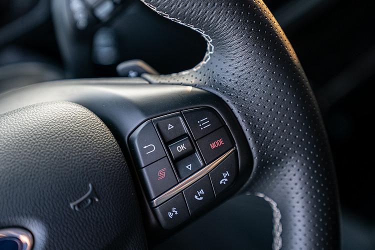 ST專屬平底運動化方向盤,於右側多功能按鍵附「S」按鍵與「Mode」選擇模式鈕。