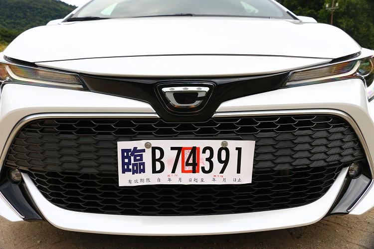 首先最明顯的就是車頭日規化的標誌,其代表著強大Corolla家族中的C開頭字母。