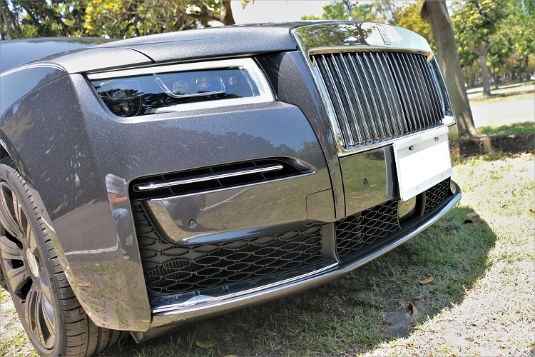 淩厲鋒銳的輪廓線條與棱角分明的前大燈,更打造出氣勢非凡、優雅迷人的車頭造型。