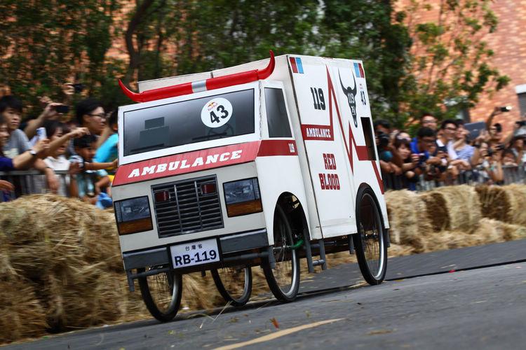 賽車是危險的運動,現場當然也貼心準備了救護車...