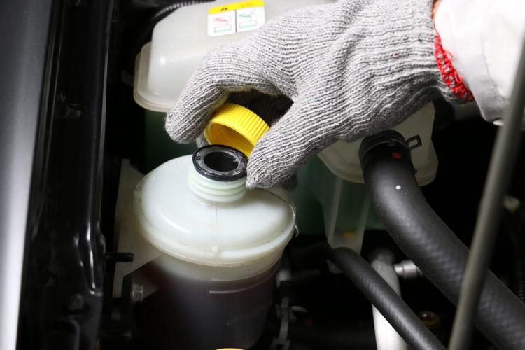 新世代的車型大多已經採用電子輔助轉向設計,如果愛車仍是傳統油壓輔助機構,就會有這玩意,不過除非漏油,基本上比較難因為油品而發生問題。
