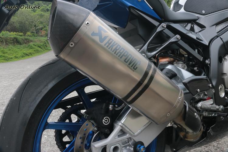 用這支排氣管不用躲警察,因為是原廠管。買車汎德會送你一個台製碳纖維防燙蓋,不過沒啥人願意裝就是了。